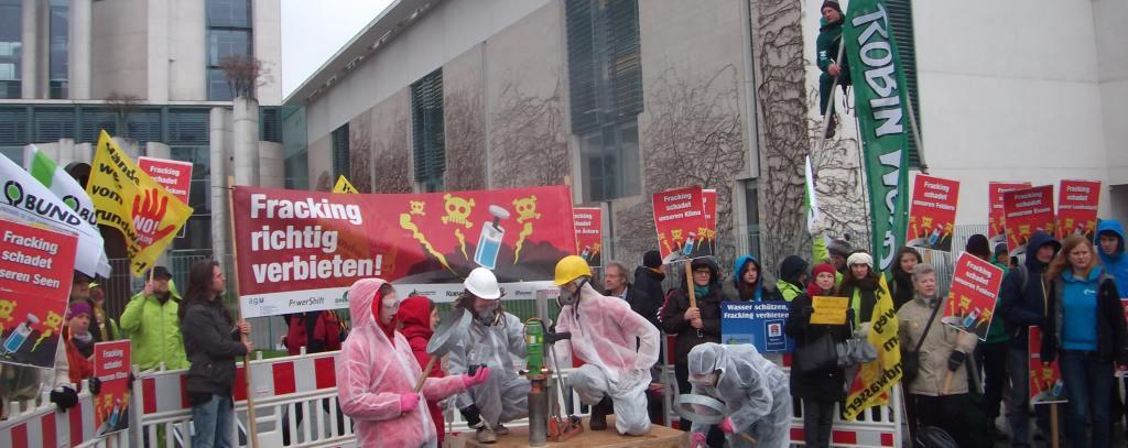 Protest gegen Fracking-Ermöglichungsgesetz vor dem Kanzleramt in Berlin, April 2015