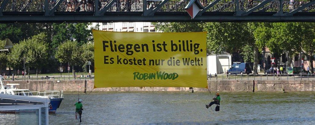 """Aktionsfoto """"Fliegen ist billig - es kostet nur die Welt"""""""