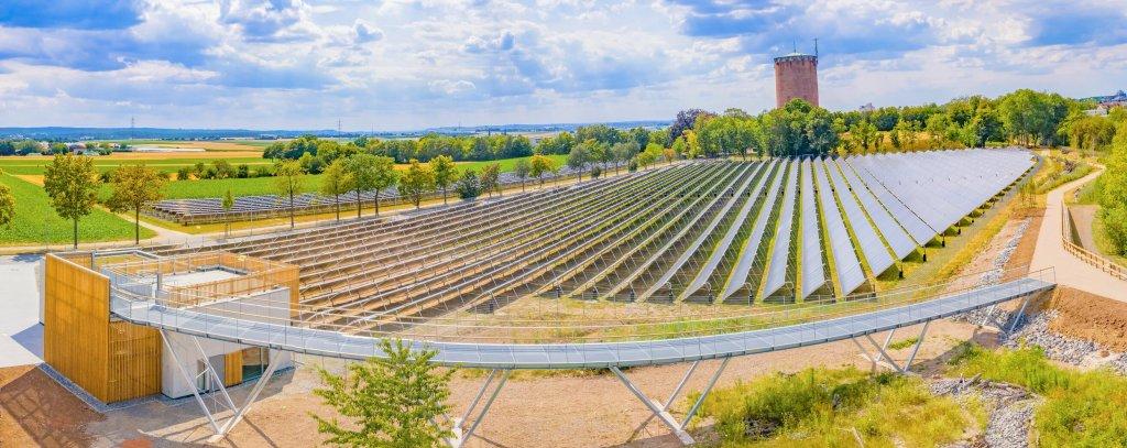 """""""Seit Ende Mai des letzten Jahres betreiben die Stadtwerke Ludwigsburg die größte Solarthermie-Anlage Deutschlands. Die über eintausend Kollektoren speisen in das bestehende Fernwärmenetz ein"""
