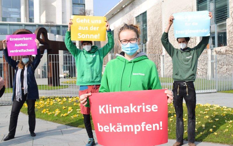 ROBIn WOOD Aktive protestieren vor dem Kanzlerinnenamt für mehr Erneuerbare
