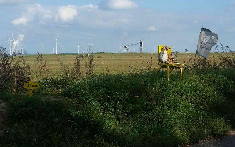 Bagger und Windräder hinter der 1,5° Grenze vor Lützerath