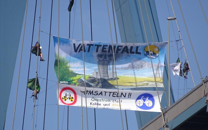 Für Ökostrom statt Kohle und Atom - Kletteraktion an der Köhlbrandbrücke gegen die Vattenfall Cyclassics, Hamburg