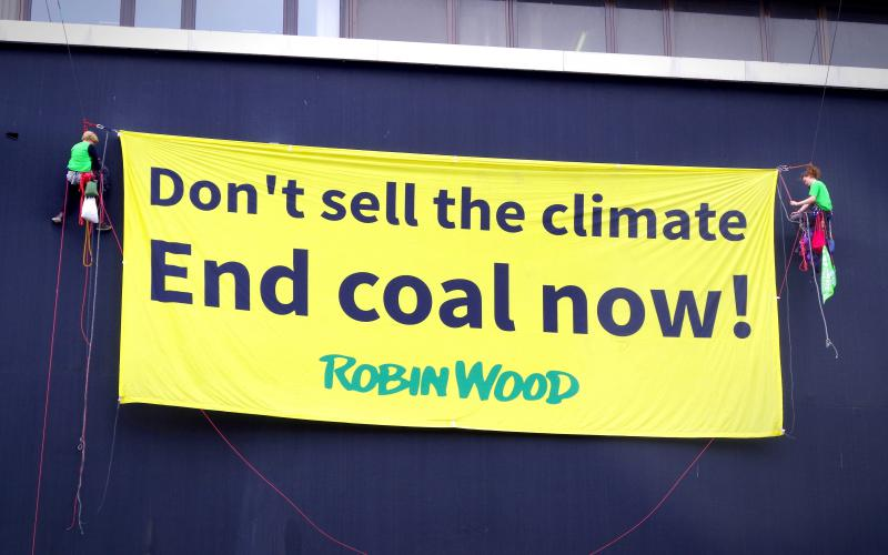 'Dont-sell the climate - end coal now' ROBIN WOOD Banner Aktion