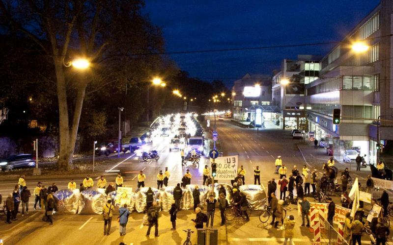Feinstaubalarm! Fahrverbote selber machen - Aufblasbare Straßenbarrikade am Neckartor in Stuttgart, 21.11.16