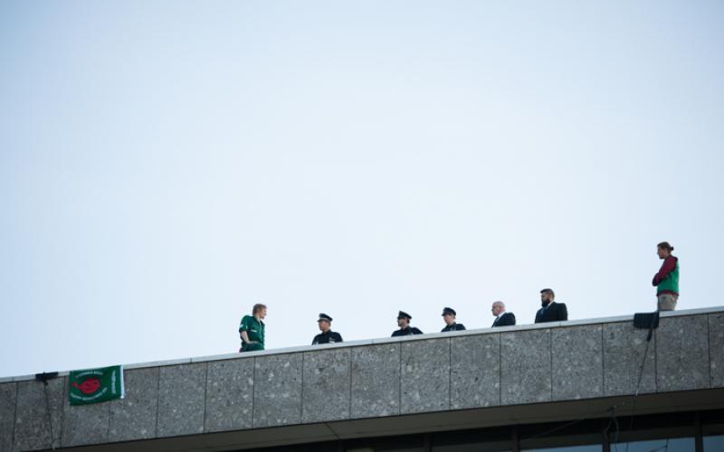 Bei einer Kletteraktion gegen Atomtransporte auf dem Dach des CCH in Hamburg