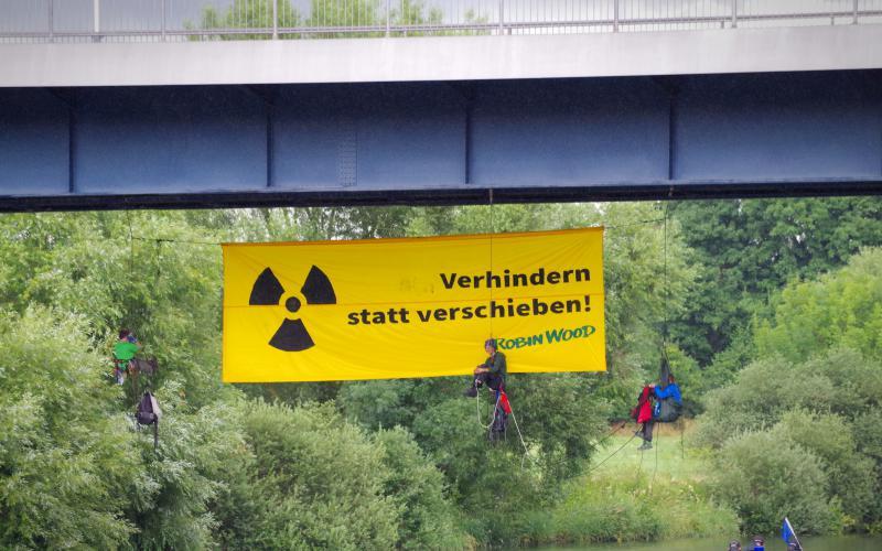 Protest gegen den Castor-Transport: Kletteraktion an der Straßenbrücke in Bad Wimpfen