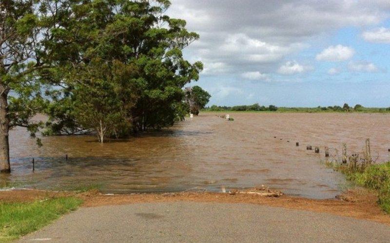 Foto Überschwemmung auf Straße und mit Bäumen
