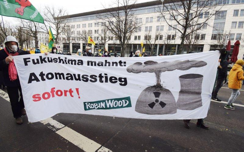 ROBIN WOOD Aktive bei der Demo in Berlin anlässlich des 10. Fukushima Jahrestages
