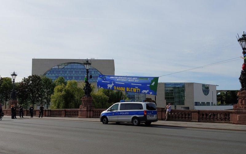 Bannerprotest vor dem Kanzleramt in Berlin zum Autogipfel, 8.9.20