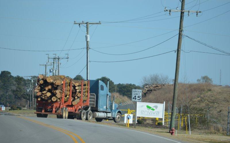 Die Dogwood Alliance hat Holzlieferungen von Clearcuts bis in ein Pelletwerk von Enviva verfolgt. Hier fährt einer der mit Baumstämmen beladener LKW auf das Werksgelände der Firma Enviva, dem weltgrößten Pelletproduzenten.