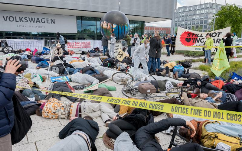 Aktionsfoto vor der VW-Hauptversammlung